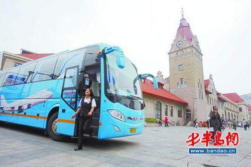 """在青岛火车站广场上,""""空铁联运""""运输组合正式启动,火车站与机场间的机"""