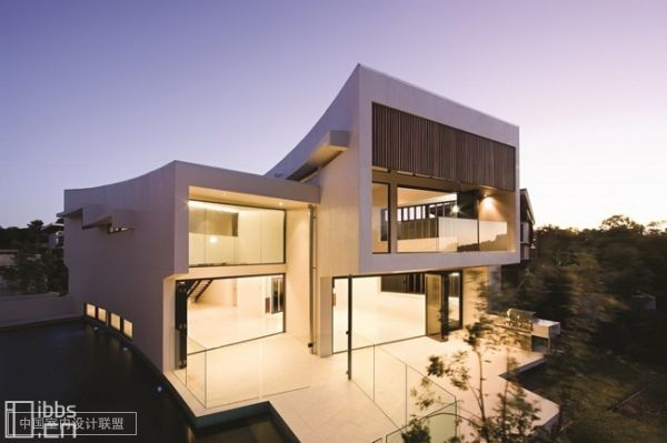 BVN Architecture 最近在澳大利亚昆士兰州努沙设计了这座极乐世界154 号住宅的建筑设计与室内设计。 该住宅是努沙岬住宅区发展建设项目中的其中一座。该项目包括189个住宅、公共娱乐场所(网球场、温泉疗养地、水中娱乐场所)和公园。此外在努沙海岸到维亚巴湖之间还有一个风景秀丽的自然保护区。此地丘陵起伏、风景如画,并生长有大量植物,在这里还能欣赏到远方日落海岸的景色。 这座住宅所在的场地非常好,场地从南部的街道到背部的公园之间略微有点坡度。住宅的墙壁采用轻柔的曲线式设计。外墙的墙面装修和内墙及天花
