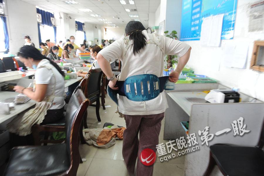 重庆点钞女工生活揭秘:数钱数到手抽筋(图)