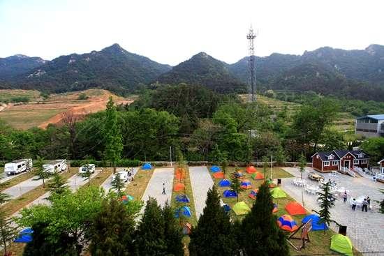 昆嵛山房车营地占地约8100平方米,可提供约50个停车位,180个帐篷位