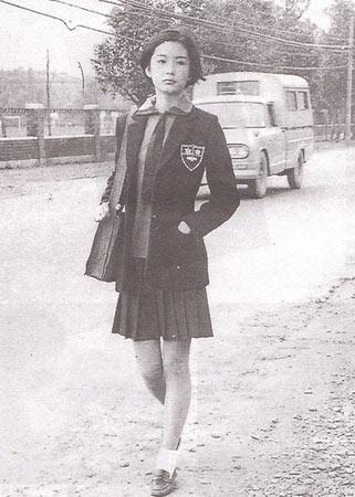 林青霞/这张流传甚广的校服照是林青霞在《窗外》中的造型