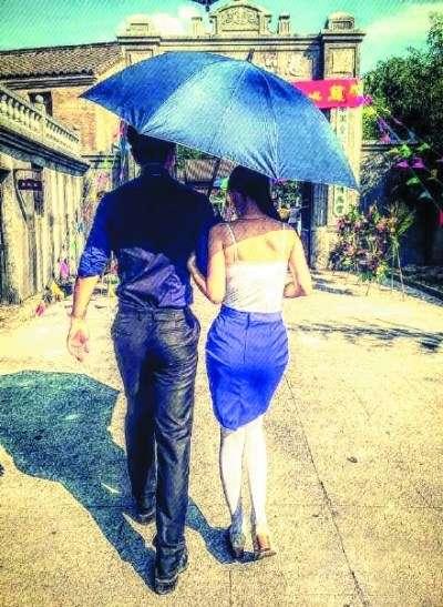 撑伞女生背影手绘