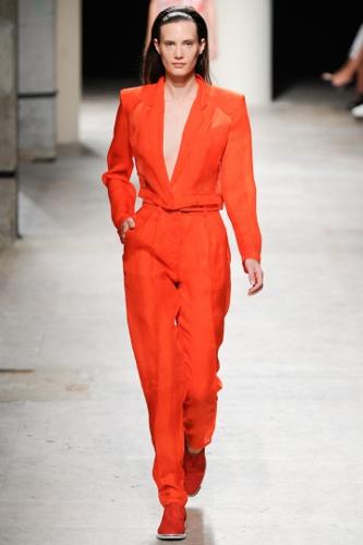 丹宁原色搭配亮白或鲜艳的橘红色