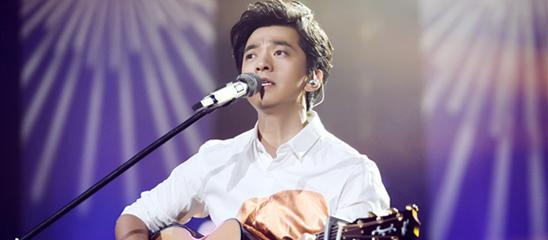 《我是歌手》李健亮相神态从容