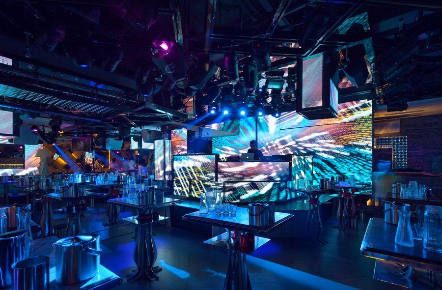 整间酒吧以暖灰色主调铺陈简约时尚的设计手法,营造出专属都市时尚的Lounge格调,加入紫色、金黄、湖蓝、火红的光影,让空间层次更为立体与丰富。从视觉、嗅觉、感觉、听觉、触觉五感营建尊贵的品位与魅惑的气质,令Enzo成为中外潮流人士的聚集地,同时也成為南京城中娱乐新地标。图为:散台区。(实习编辑李丹)