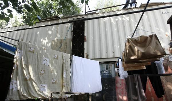 上海集装箱楼房挂上门牌号 违法建筑为何这么牛