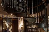 autoban事务所还为餐厅设计了一套家具和灯具  除了建筑的翻新工作之外,autoban事务所还为餐厅设计了一套家具和灯具,包括以皮革和织物装饰制成的椅子、吧椅、桌子、凳子和沙发。(实习编辑:刘嘉炜)