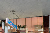 店铺内部使用定义颜色,勾起对越南传统食品贩卖的回忆。通过最少的干预,在现有的原空间中打造了一个新表情。浪潮般生动饱和的蓝色地板,墙壁,桌椅,餐具及其它设施等精雕细琢的设计融入原始的手工构造的建筑。新旧材质的二元性遵循潮汐基准,白色吃水线以上的残余区域为原有的旧砖墙,裸露的岁月痕迹与空间的新设计形成鲜明对比。 较低水平线的大胆用色由原始亚光粉色天花板巧妙抵消,暴露的T5荧光灯照明如海浪般融入墙面,使空间沐浴在自然脱俗的光线中。(实习编辑:刘嘉炜)