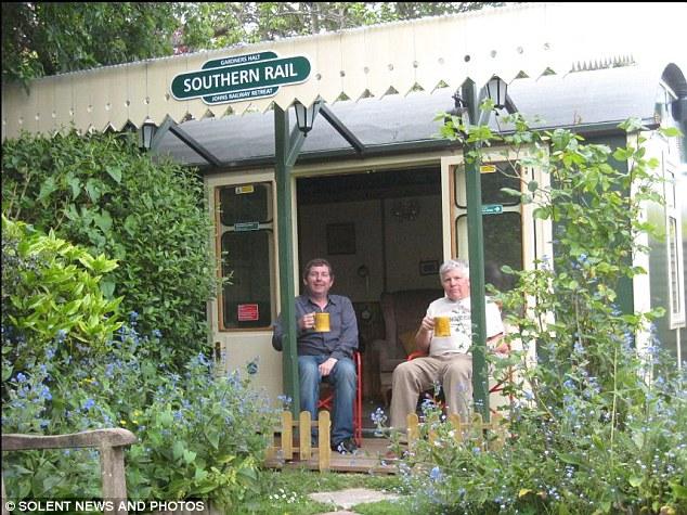火车迷自家花园打造火车站 设施一应俱全