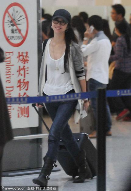 此前,汤唯低调出现在上海虹桥机场。当天一身随意装扮的汤唯见到记者拍照后不但没有黑脸,反而一直对记者打招呼,直到走进安检后仍旧不忘与记者说再见。