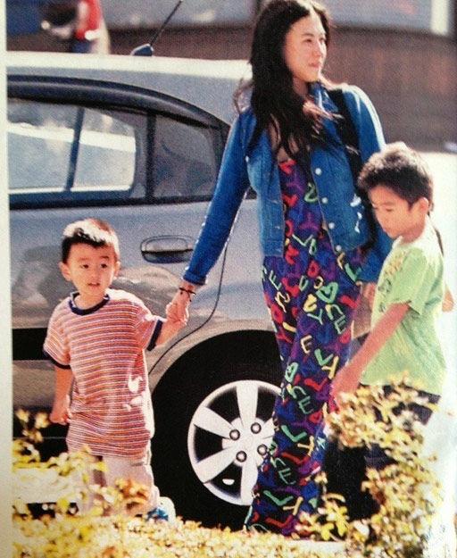 近日,网友在网上曝光了一组张柏芝和两名爱子再次出现在加拿大的街头照片,母子三人惬意自由地享受幸福时光。(图片来源:最爱LucasTse微博)