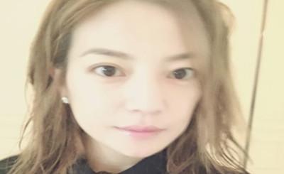 """赵薇素颜照曝光 与何炅再次""""撞脸"""""""