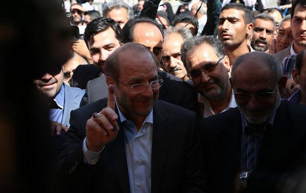 总统候选人mohammad baqer qalibaf投票后展示手上的墨水