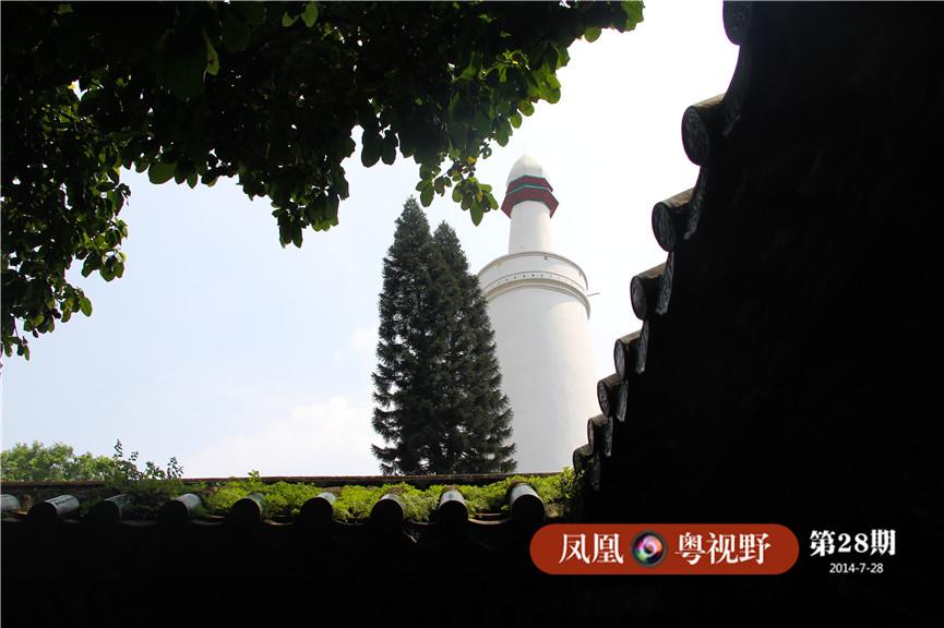 """光塔是怀圣寺中唯一幸存的唐代建筑。塔底直径7.5米,塔总高36.3米。其实""""光塔""""原名为""""怀圣塔"""",因伊斯兰教徒礼拜前登塔呼唤""""邦克"""",而""""邦""""与广州方言""""光""""的读音相近,所以广州人才把它称为""""光塔""""。"""
