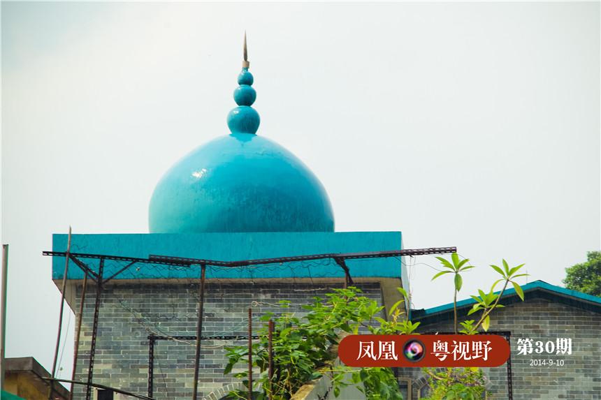 圆顶,是清真寺的独特标志之一。早期的回族清真寺多圆顶式,即阿拉伯式。明代以后的回族清真寺多是以木结构为主的中国古代宫殿式的建筑,布局多为四合院形式。
