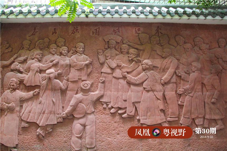 """长廊以红砂岩浮雕雕刻的创作手法,刻画出唐朝盛世时期珠江边光塔""""蕃坊""""繁忙商贸景象和辖内各民族的安居乐业、团结进步的景象,反映出光塔地区一带多民族聚居、团结和睦相处的快乐生活场景。"""