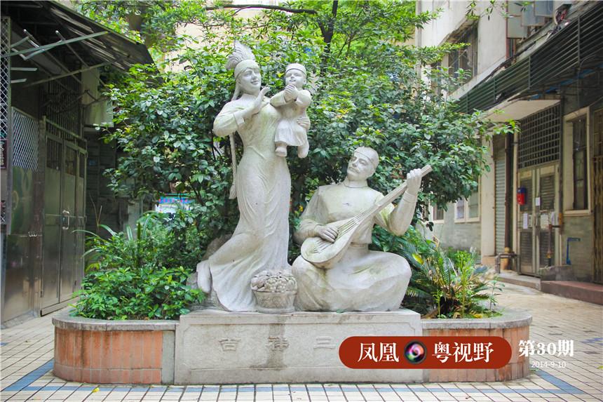 社区内立有展现民族风俗文化的雕像。