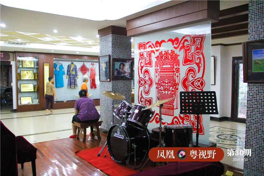 民族文化活动中心除展示了各具民族韵味的服饰、日常生活用品、名人字画外,还为居民提供了民族艺术表演、图书阅览及舞蹈健于一体的活动平台。