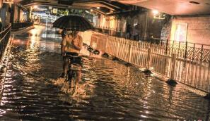 广州遭暴雨突袭 市区多处成泽国
