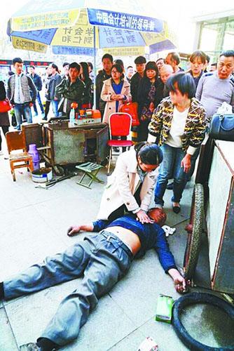 美女 医生/昨天下午5点55分,在武昌虎泉街头,一位女士双膝跪地,对一位...