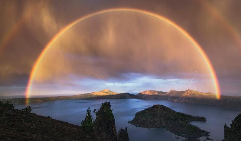 摄影师捕捉罕见5英里宽双彩虹