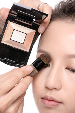 美容  化妆前 化妆后 after:利用修容粉画出鼻子的轮廓,再用高光提亮