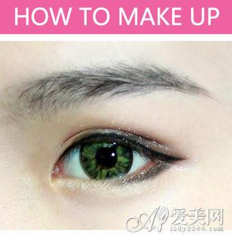 步骤四:眼尾部分涂上适量棕色眼影