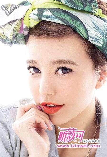 美容 彩妆新主张 > 正文  彩妆步骤三: 将珠光米色眼影涂抹在下眼睑