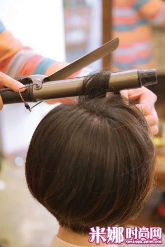 清爽短发造型打造技巧 迷人圆润复古短卷发