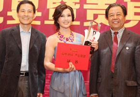 """表演艺术家刘晓庆荣膺""""2012中国十大品牌女性"""""""