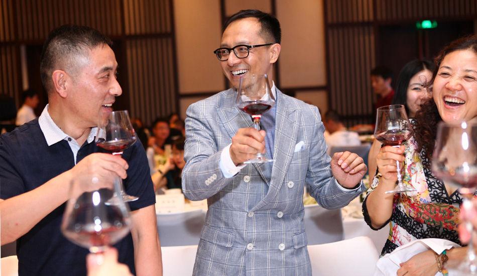 晚宴中瘦马举杯庆祝本届中国精品论坛成功举办。