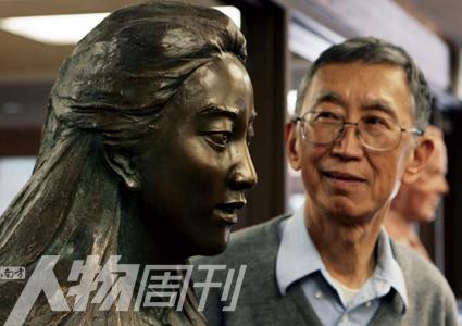美国斯坦福大学,父亲张绍进凝视着女儿张纯如的铜像