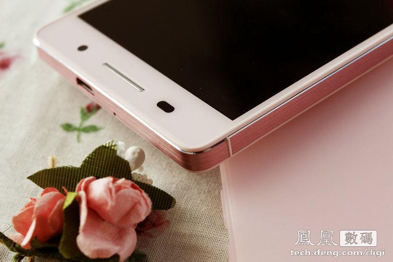 色、白色之后,华为又推出了粉色版Ascend P6.针对女性用户的图片