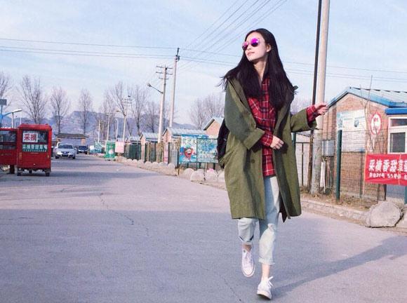 倪妮漫步乡间小路 穿格子衫帆布鞋学生标配