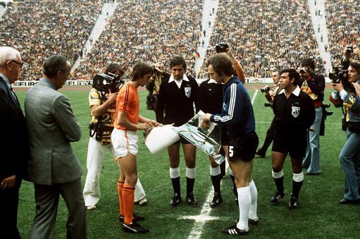 约翰/1974年7月7日,世界杯决赛,身为队长的克鲁伊夫(橙衣)与德国队...