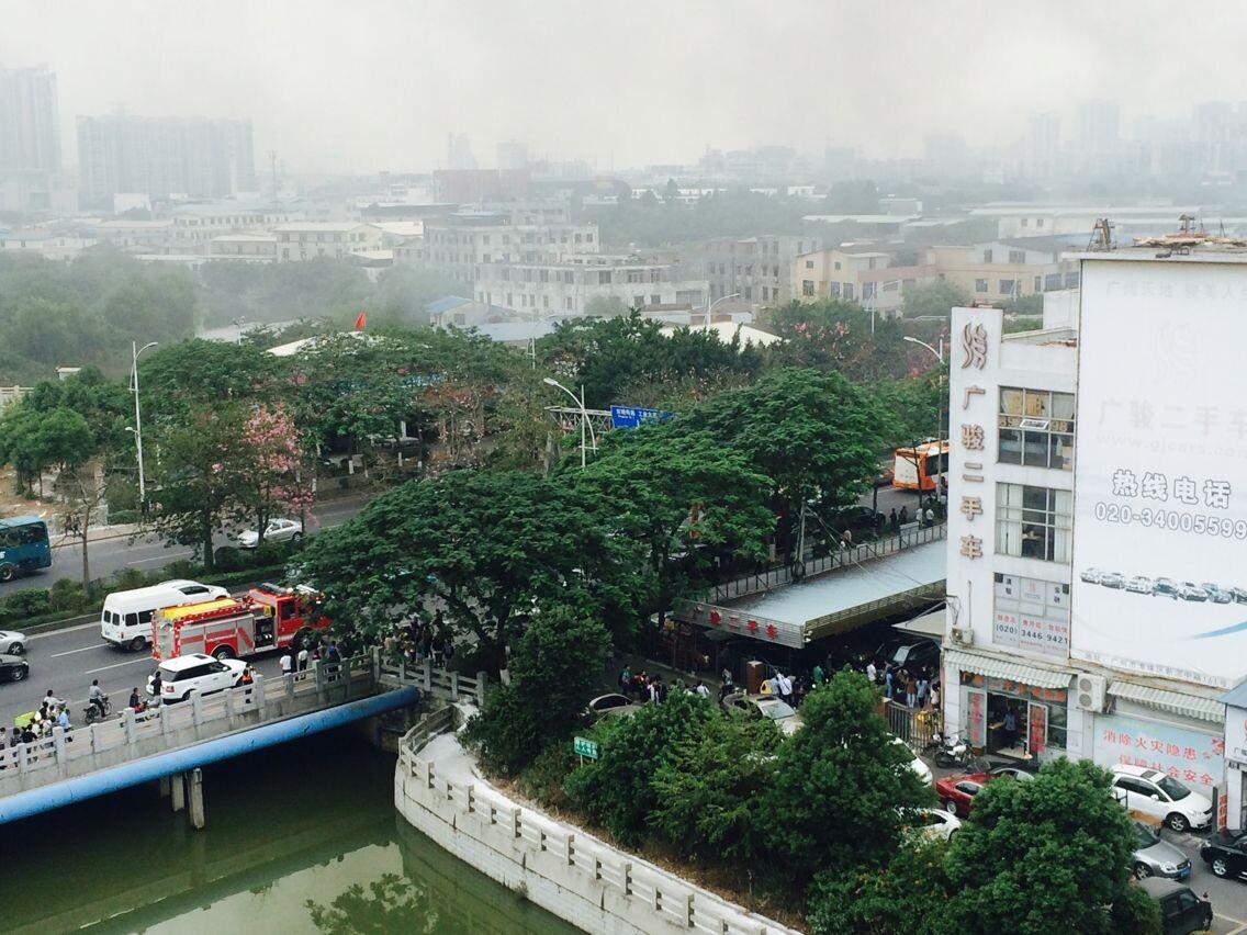 广州海珠区火灾-海珠湖附近广骏二手车市场起火 浓烟滚滚 组图