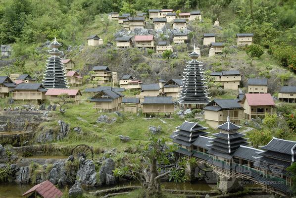 其中,锦绣中华民俗村汇聚了56个民族的建筑风情,一族一寨,非