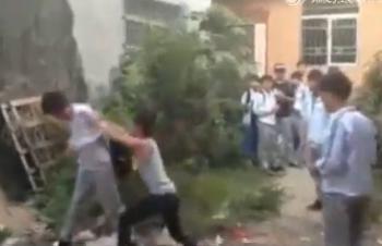汕头一男生被同学围殴