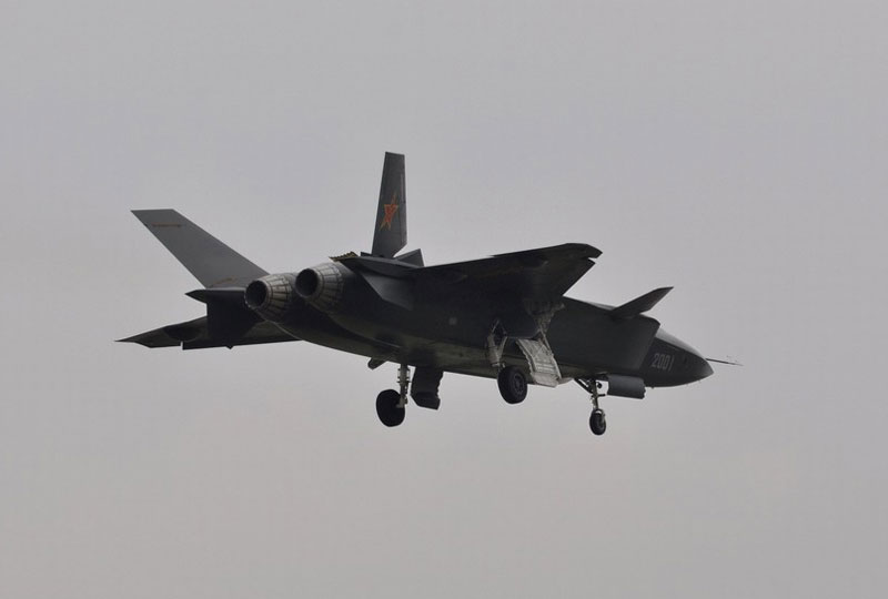 歼-20隐身机再次试飞 发动机加力现出蓝色光芒