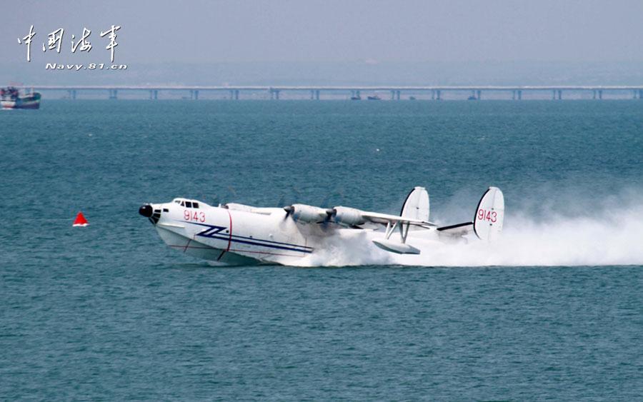 下图|上图|原图|自动播放 近日,北航某水上飞机部队的战鹰从海上航道