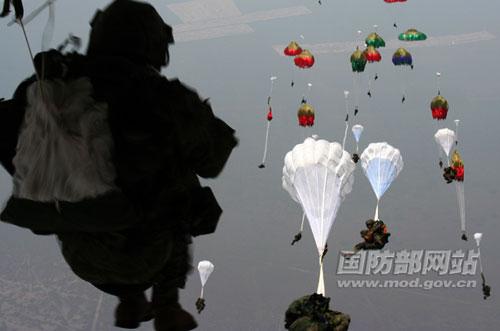 中俄军演备战东西两危局 第15空降军军长赴俄
