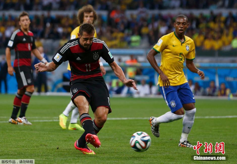 克斯勒(右)与巴西队球员古斯塔沃拼抢.当日,在巴西贝洛奥里藏图片