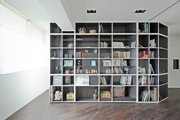 深色地板搭配黑白空间 提升公寓优雅气质(图)