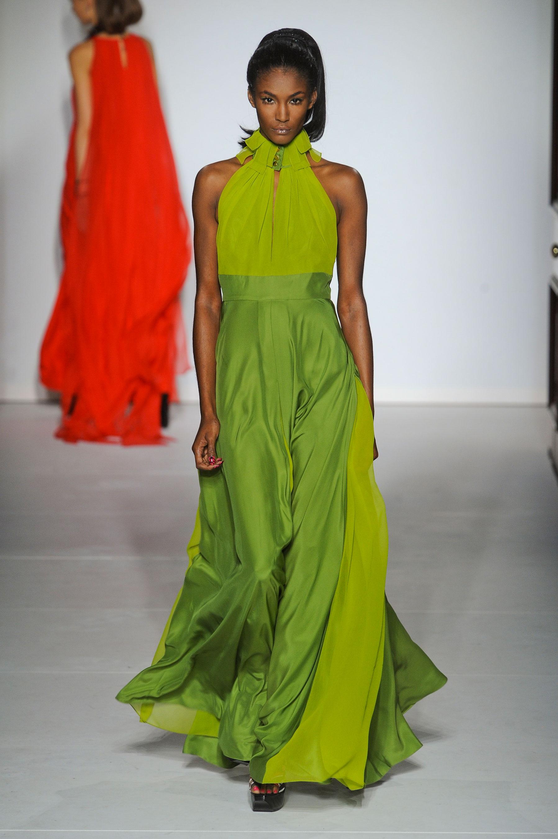 2013春夏伦敦时装周PPQ秀场,轻盈的雪纺质地配以纯色、条纹、印花3个系列,春意盎然,实为摩登女性的实穿之选。