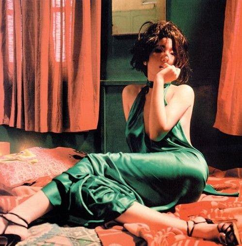 近日,48岁的不老女星巩俐罕见另类颓废写真曝光,艳俗色调风尘味十足。