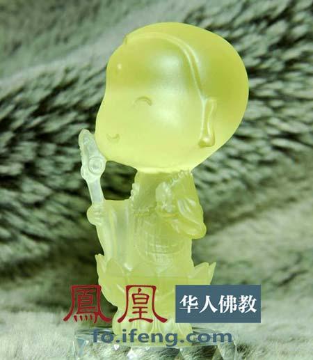 地藏王菩萨示现可爱的小沙弥相,笑眼弯弯,面容生动,耳垂饱满.