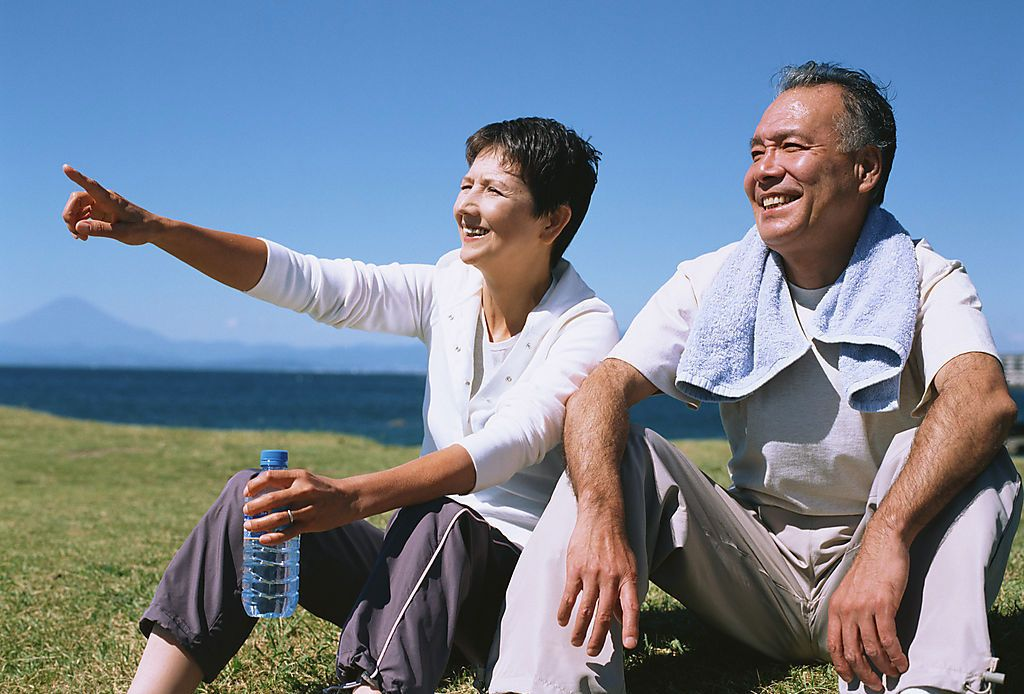 老年人的最佳运动时间 有些人醒得早,早晨很早起床。喜欢黎明时到外边锻炼身体。有的到公园,有的到路边小树林中,做各种锻炼活动。他们认为早晨园林中空气新鲜,没有尘埃,有益于身体健康,但是,早晨起床锻炼,对老年人或心脏功能较差的人都不利。医学统计表明,清晨不仅是心脏病发作的高峰时间,也是猝死最多的时刻,发病率61.