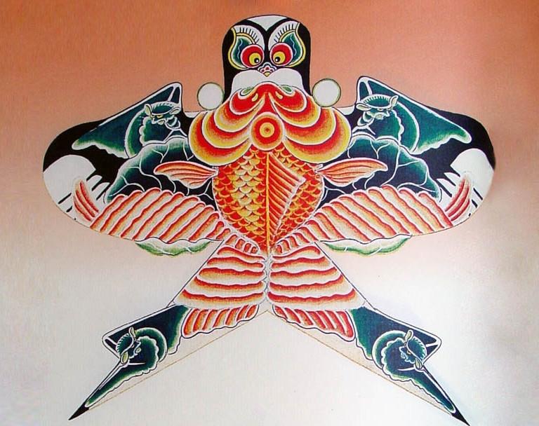 """北京风筝的代表作是沙燕风筝(又叫京燕风筝)。其代表人物有两家:一是出生于风筝十佳的金福忠兄妹,50年代中法合拍的彩色影片《风筝》中的精美风筝,就出自他们手中。另一家是名誉中外的""""风筝哈"""",1983年在美国旧金山""""国际风筝表演比赛大会""""上获特别奖的瘦沙燕和串风筝,就是当时""""风筝哈""""的传人哈亦琦的作品。近年来北京风筝又有了新的发展,出现了不少名家新手,在风筝的制作上各有千秋,有的擅长扎制巨型风筝,如长达90米、120节的巨龙;有的擅长扎"""