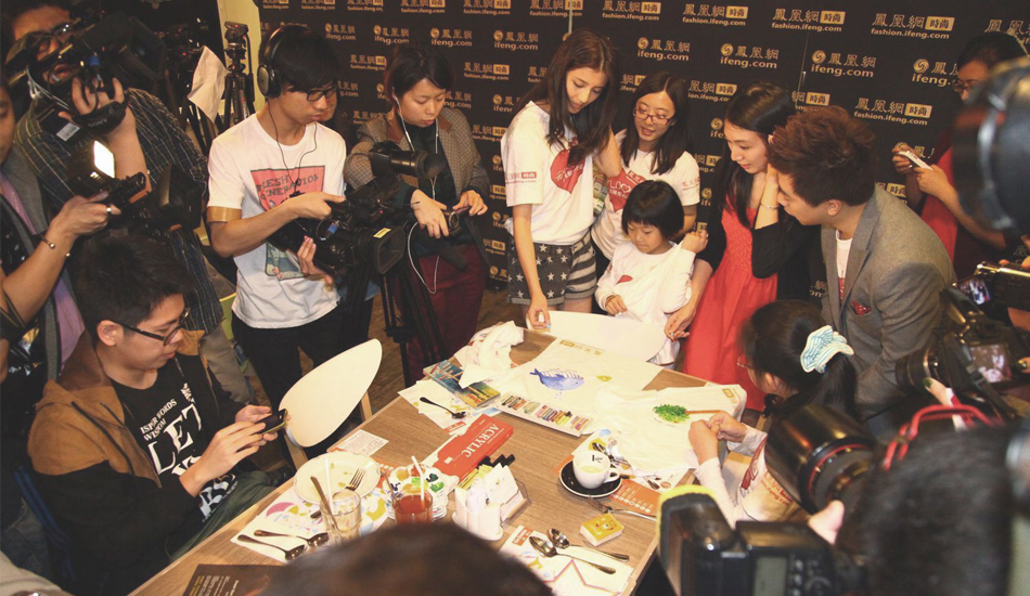 吴千语和小朋友现场玩涂鸦