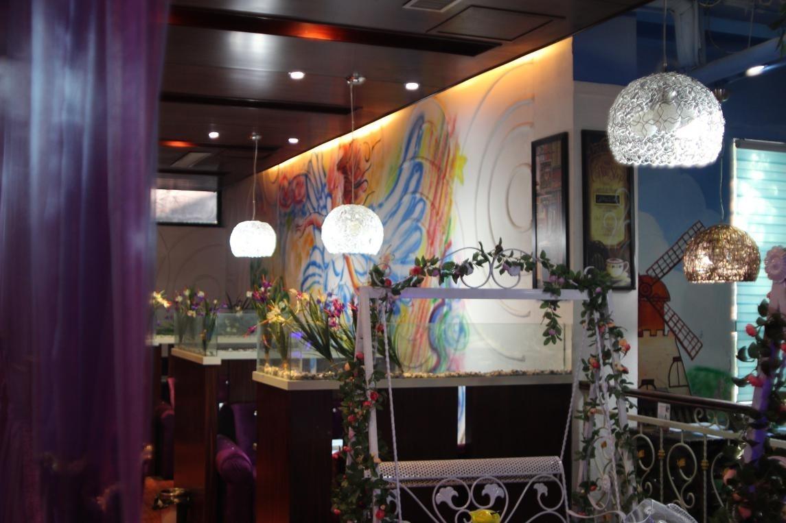 咖啡厅内呈典型的欧式格调,精美细致的装饰充分展现了欧美时尚咖啡厅